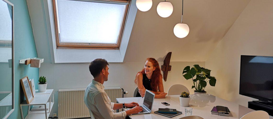 Coworkers i et mødelokale